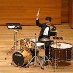 ドラムセット・タンバリン・トライアングル・ウッドブロック・大太鼓など、複数のバチで工夫をして多彩な響きをつくります。