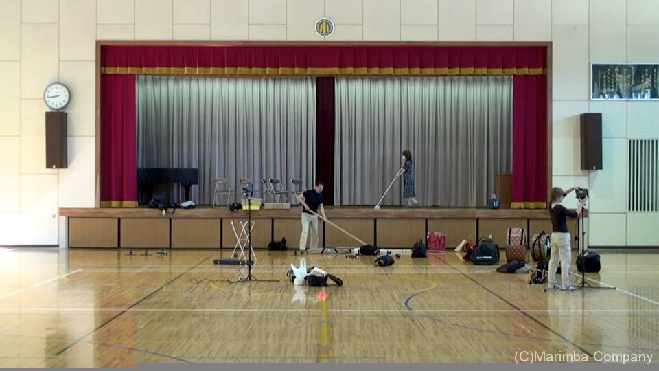 小学校音楽鑑賞会の会場準備